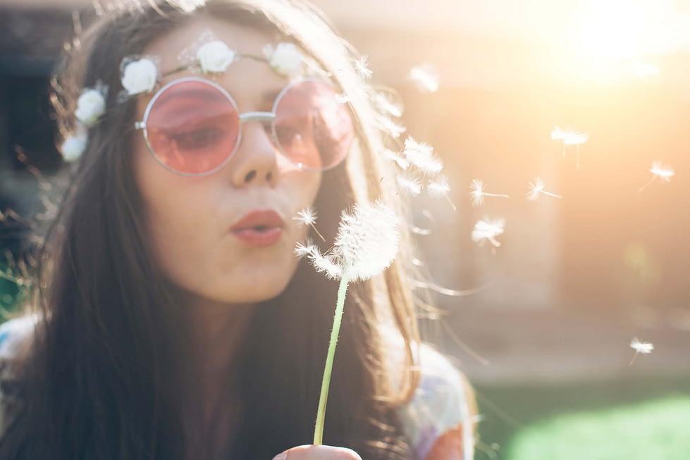 Hippie-Mädchen mit Pusteblume